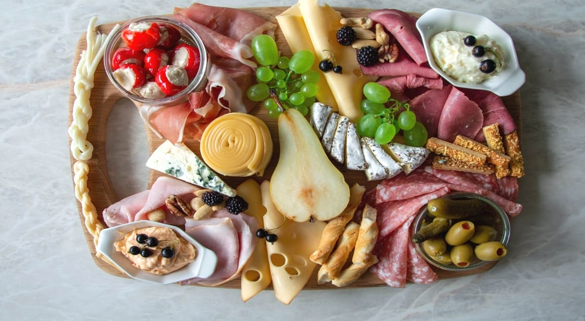jednohubky charcuterie board